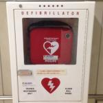 AEDとは?「バンッ」とやるやつではない。勝手に電気ショックは出ない。